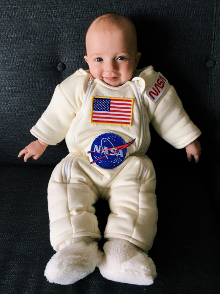 Dad turns baby daughter's onesie into an adorable NASA ...