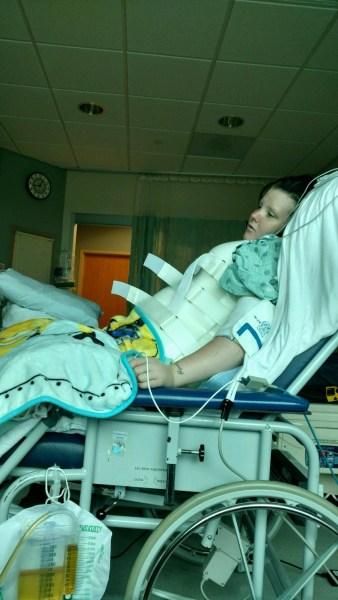 Bé sơ sinh rơi xuống cầu từ độ cao gần 10 mét nhưng chỉ bị trầy nhẹ nhờ có mẹ hy sinh làm đệm đỡ - Ảnh 3.