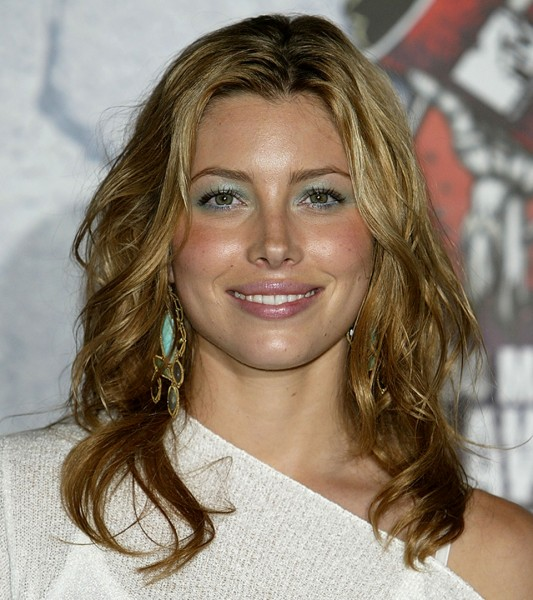 Jessica Biel S Hair Is Curly And 80s Inspired On