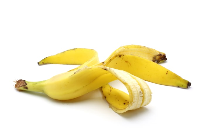 banana peels as an alternative for toothpaste Yes, banana peels can whiten the teeth , as banana peels are rich in manganese, magnesium , potassium, which are absorbed by the teeth and makes it whiter continuous use for 2-3 weeks are necessary to attain good results.