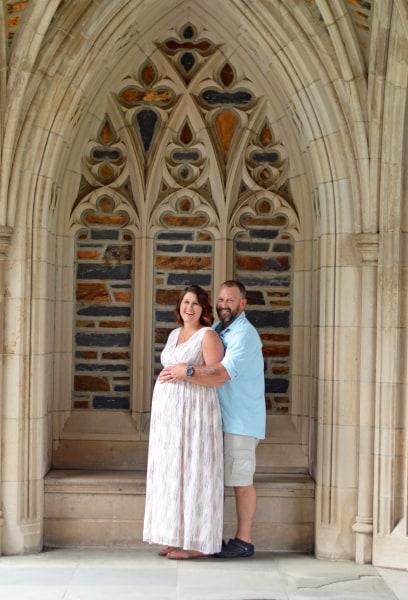 Nurse takes maternity photos for bedridden pregnant women ...