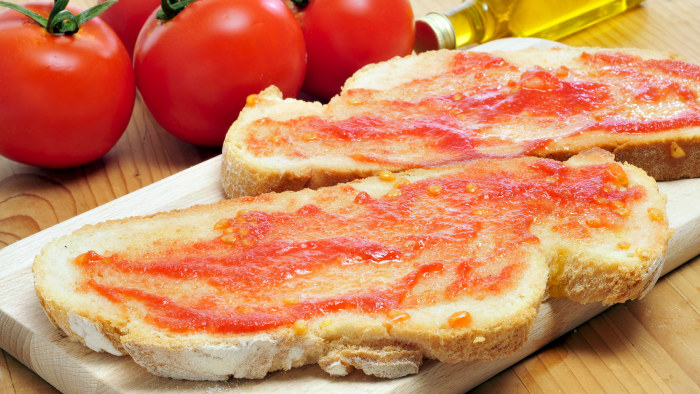 Pan Con Tomate (Catalan Bread and Tomato Tapas)