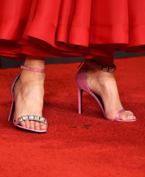 Nicole Kidman Wore Mismatched Shoes To The Emmys And It