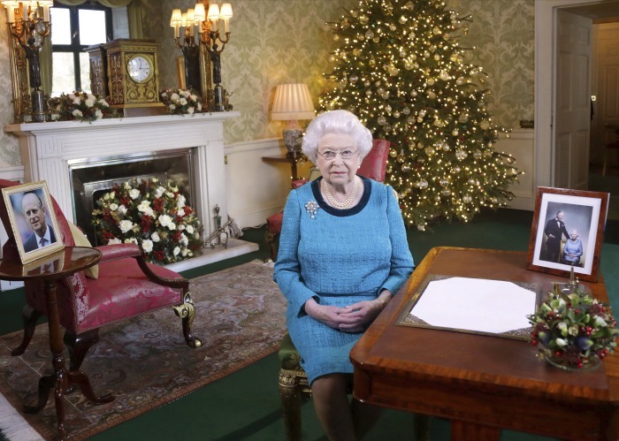 Queen gives all 1500 Buckingham Palace employees a Tesco Christmas pudding