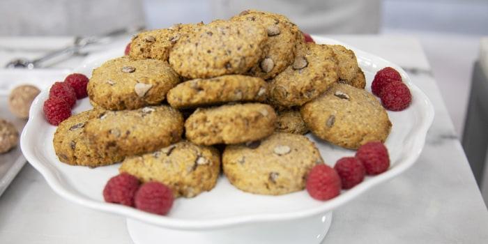Leah Itsines' PB&J Overnight Oats + Chocolate-Chip Oat Cookies + Homemade Muesli