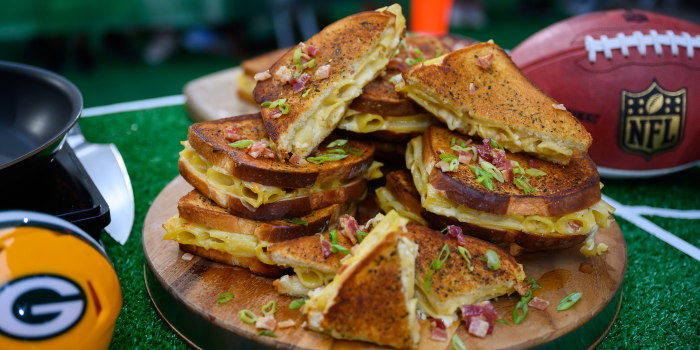 Bacon Mac and Cheese Grilled Cheese Sandwiches