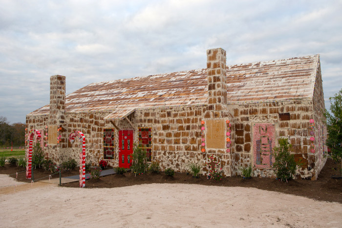 sweet world 39 s largest gingerbread house raises money for. Black Bedroom Furniture Sets. Home Design Ideas