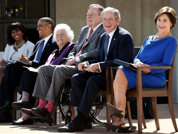 DALLAS, TX - APRIL 25:  (L-R) U.S. first lady Michelle Obama, President Barack Obama, former first lady Barbara Bush, former President George H.W. Bus...