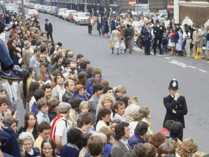 Crowds await news of Prince William's birth outside St Mary's Hospital in London, 21st June 1982. (Photo by Princess Diana Archive/Getty Images)