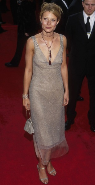 Gwyneth Paltrow, wearing Calvin Klein, arrives at the 72nd Annual Academy Awards, on March 26, 2000 in Los Angeles, CA.