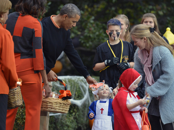 epa03931793 US President Barack Obama (C), First Lady Michelle Obama and her mother Marian Robinson (L) welcome treat-or-treating local children and c...