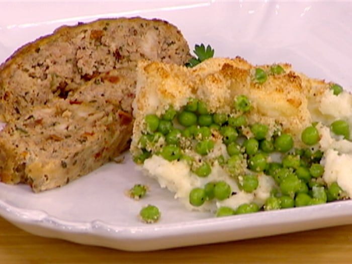 Baked mashed potatoes with peas