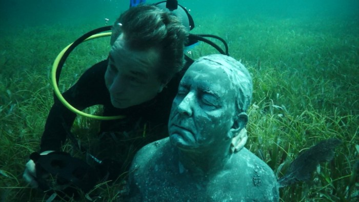 Image: Kerry Sanders poses under water with his sculpture