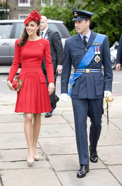 epa03247975 Prince William Duke of Cambridge (R) and his wife Catherine Duchess of Cambridge (L) prepare to board the Spirit of Chartwell during the D...