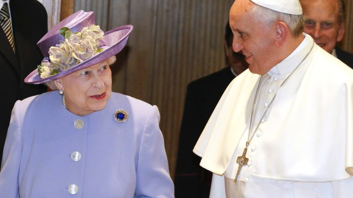 Britain's Queen Elizabeth walks with Pope Francis during a meeting at the Vatican April 3, 2014. REUTERS/Stefano Rellandini (VATICAN - Tags: RELIGION ...