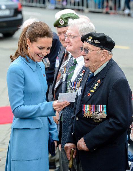 epa04161147 Britains Catherine, Duchess of Cambridge talks with war veterans after a wreathlaying ceremony in Seymour Square, Blenheim, New Zealand, 1...