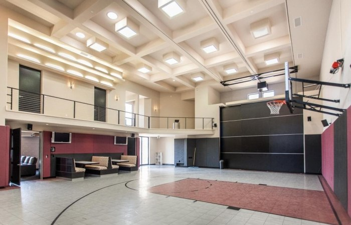 Tim Lincecum's Arizona mansion includes features for the sports enthusiast.