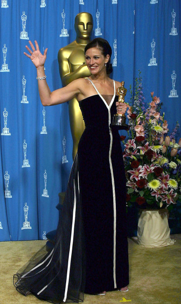 "LOS ANGELES, UNITED STATES:  Actress Julia Roberts waves as she holds her Oscar for Best Actress for her role in ""Erin Brockovich""  at the 73rd Annual..."