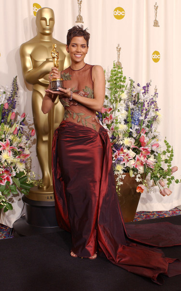 Winner for best actress, Halle Berry, backstage at the 74th Annual Academy Awards, at The Kodak Theatre in Hollywood, CA. 3/24/2002. (Photo by Frank M...