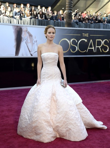 epa03599371 US actress Jennifer Lawrence arrives for the 85th Academy Awards in Hollywood, California, USA, 24 February 2013. The Oscars are presented...