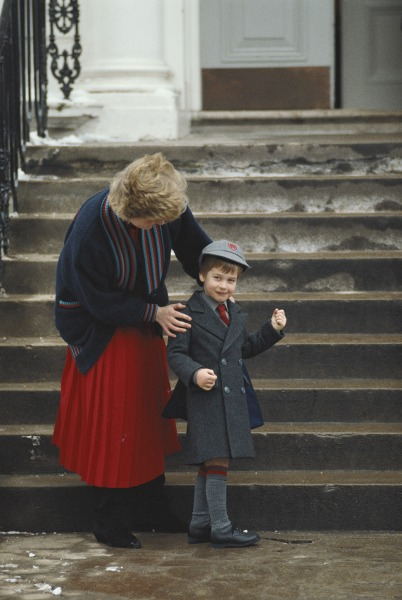 Diana, Princess of Wales (1961 - 1997) drops her son Prince William off at Wetherby School in London, 15th January 1987. (Photo by Tim Graham/Getty Im...