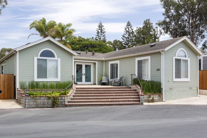 Malibu mobile home lists for million for Grand mobil home neuf 4 chambres