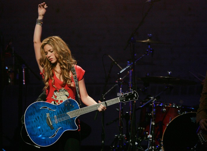 "Singer Shakira performs at The Clinton Global Initiative & MTV's ""Giving - Live At The Apollo"" Saturday, Sept. 29, 2007 in New York.  (AP Photo/Evan A..."