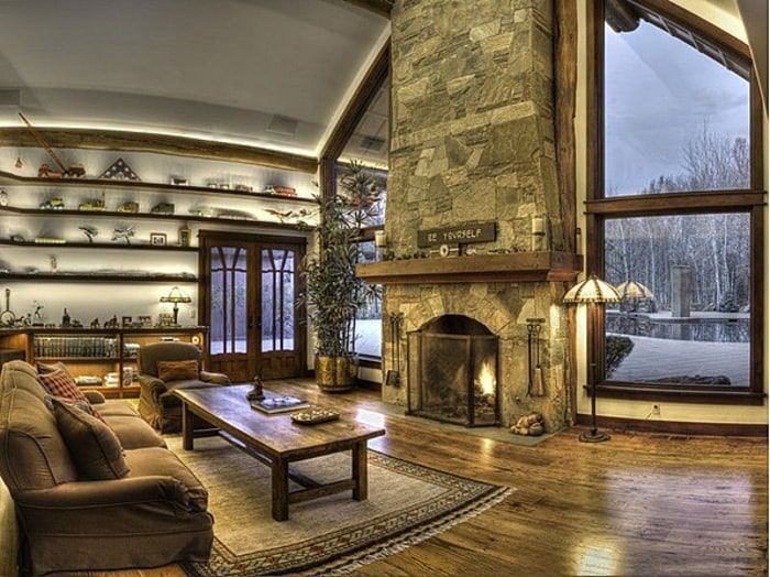 Bruce Willis' Idaho lakefront mansion features six bedrooms, seven baths and a living room with a vaulted ceiling.