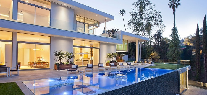 This high-end Los Angeles home features walls of glass and an infinity pool.