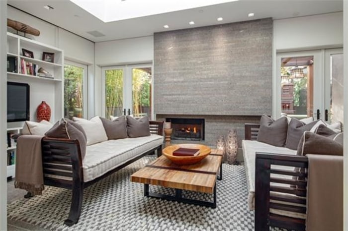 Kelly ripa and mark consuelos sell massive manhattan for Living room today