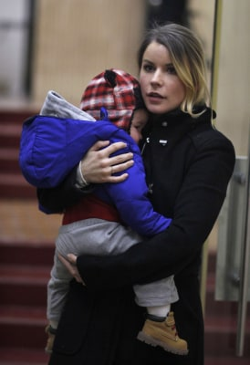 Sara McKenna leaves Manhattan Family Court in November 2013 with her son with Bode Miller.