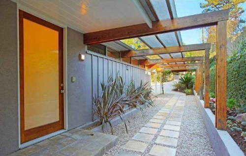 Tennis champ Venus Williams has listed her mid-century modern Hollywood Hills home.