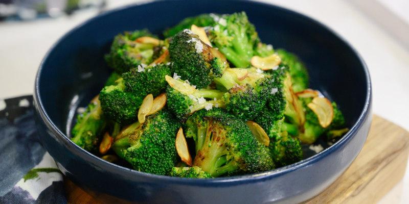 Hidangan brokoli yang ditumis sederhana dengan bawang putih, disajikan di atas piring. makan sehat - bettermeal