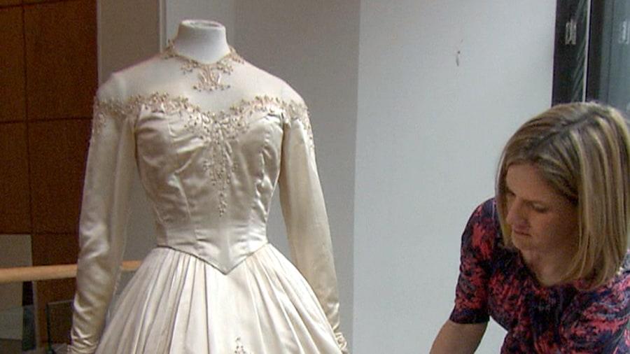 Elizabeth taylor 39 s first wedding gown sells for 188k for Elizabeth taylor s wedding dresses