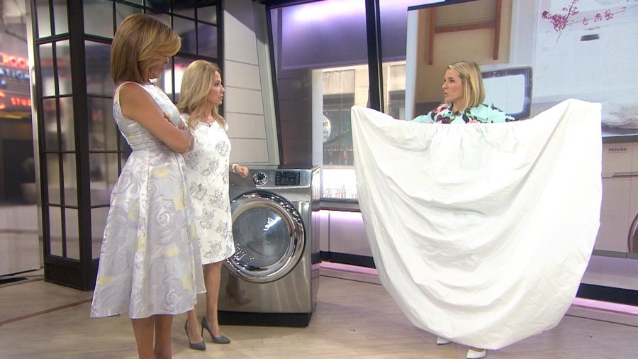 do you struggle to fold fitted sheets try this genius method - How To Fold Fitted Sheets