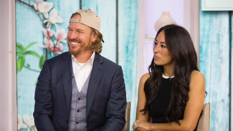 39 fixer upper 39 s 39 chip gaines shaves off long hair for a good cause. Black Bedroom Furniture Sets. Home Design Ideas