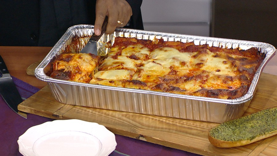 Make lasagna and garlic bread with rev run and wife justine simmons spicy lasagna rev run serves up family favorite forumfinder Image collections