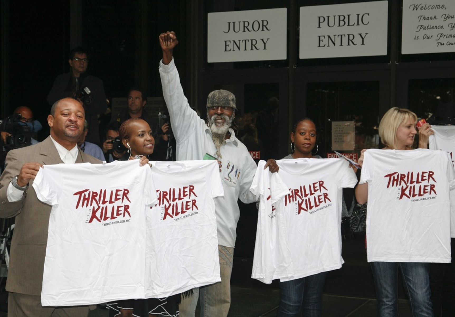 Image: Fans show off their t-shirts before the sentencing hearing of Dr. Conrad Murray in Los Angeles