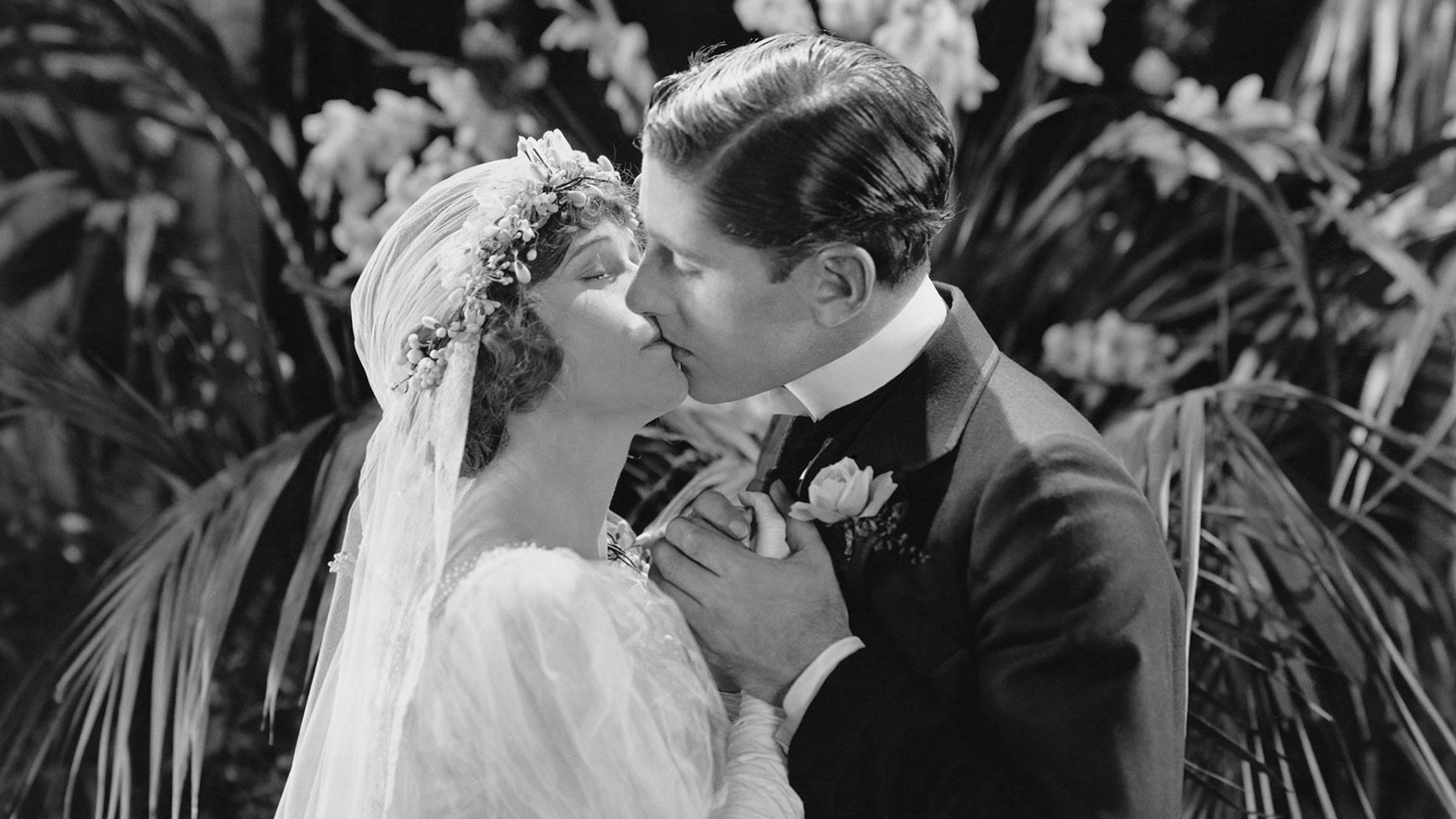 KISSING THE BRIDE (EV001064_H)