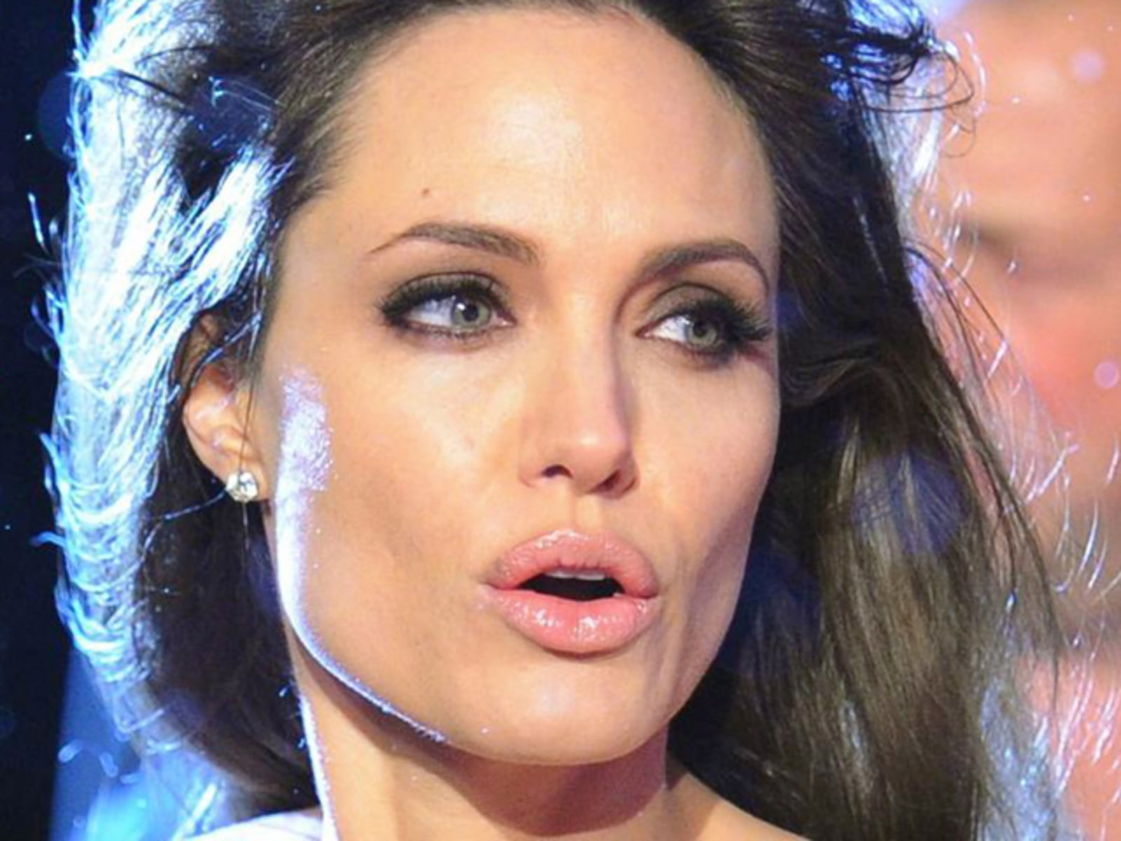 Image: Angelina Jolie on the red carpet at 'The Tourist' premiere in Germany