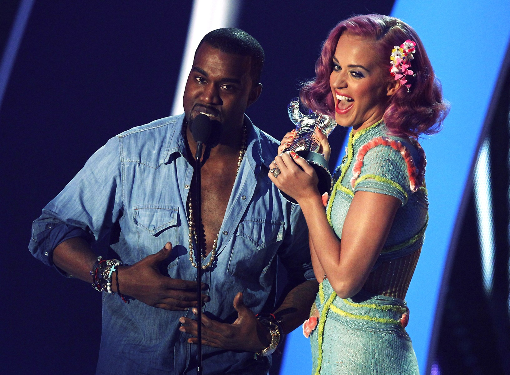 "Image: West and Perry accept the award for best collaboration for ""E.T."" at the 2011 MTV Video Music Awards in Los Angeles"