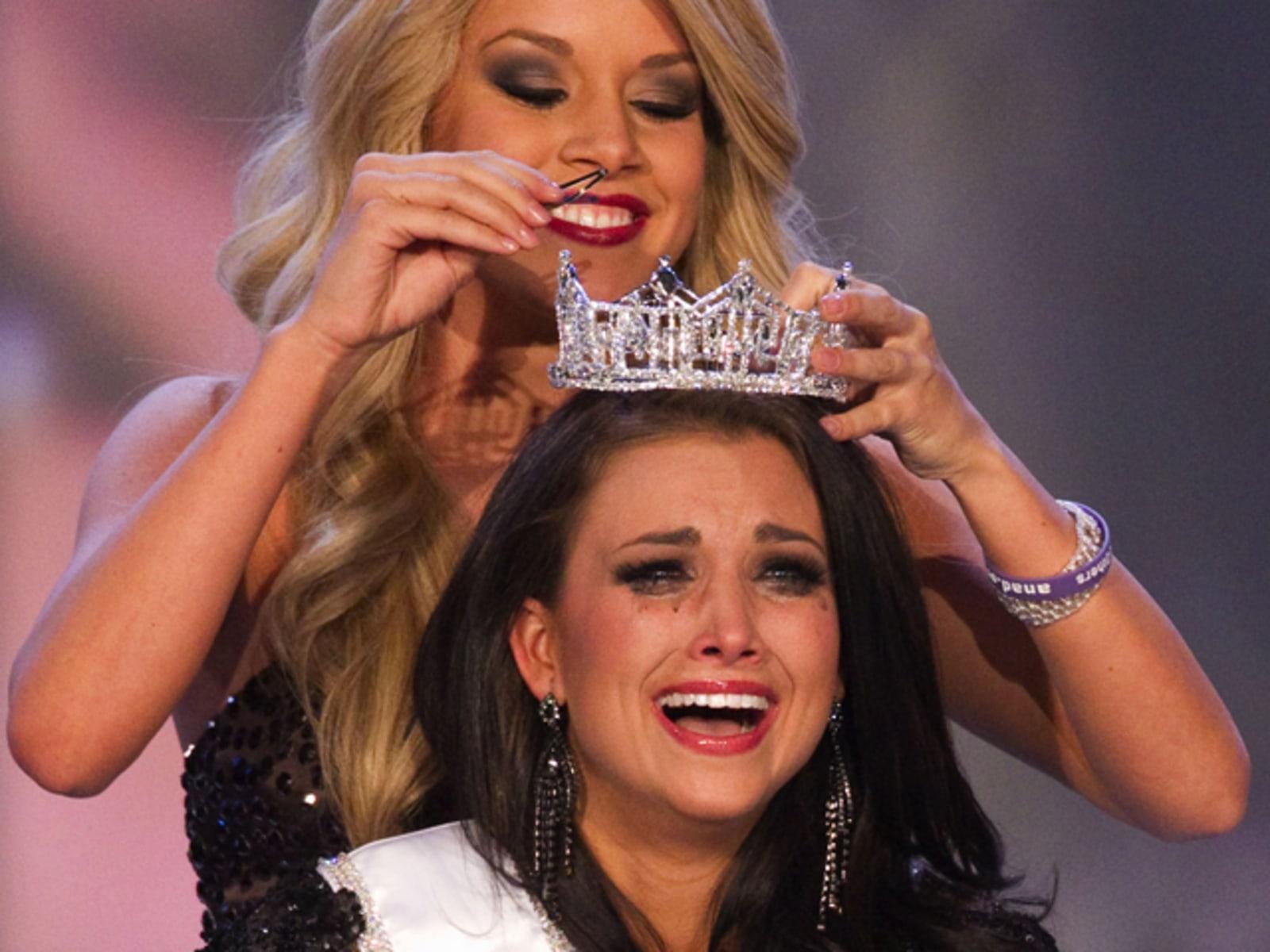 Image: Laura Kaeppeler being crowned