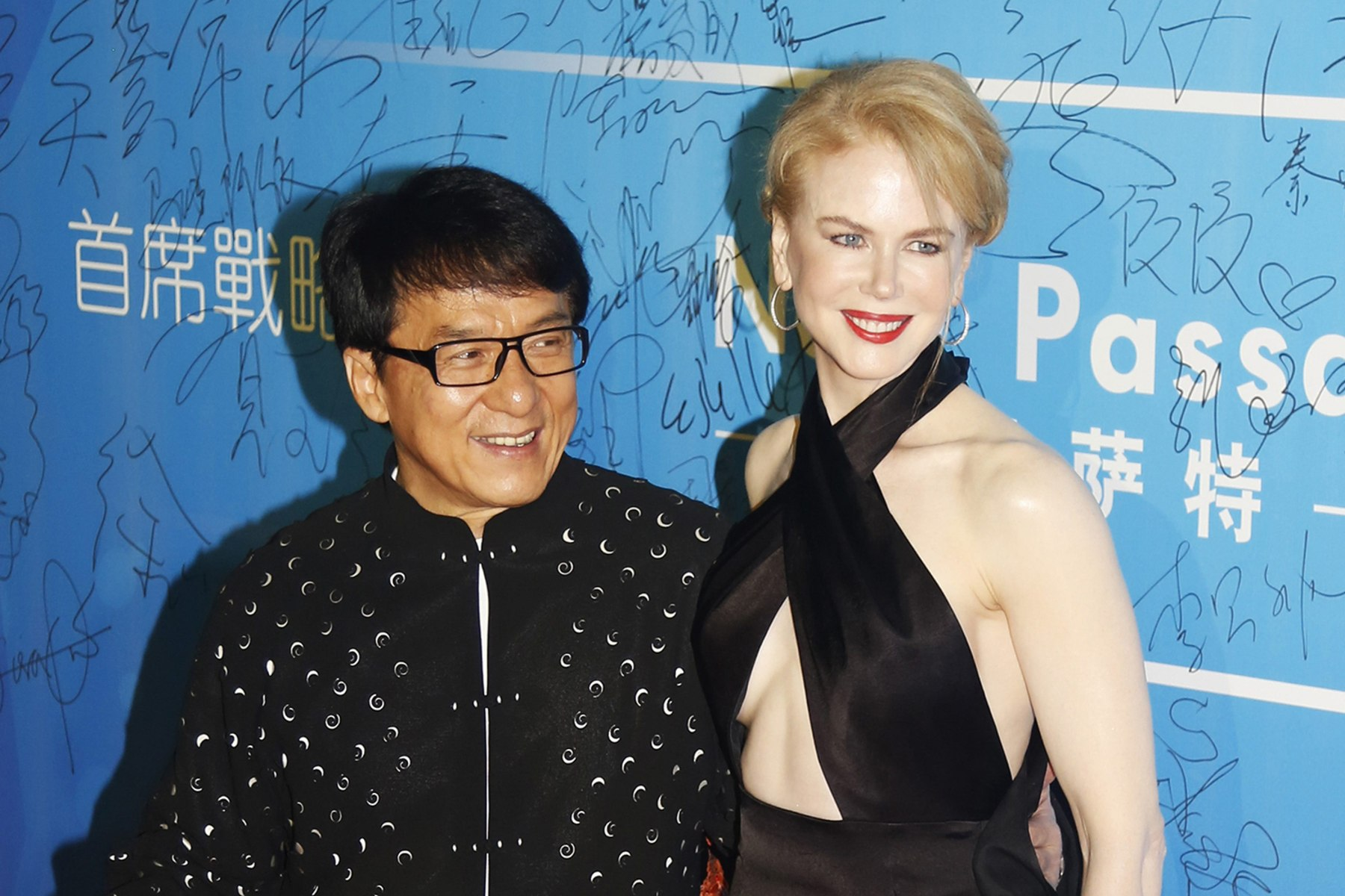 Image: Australian actress Nicole Kidman and Hong Kong actor Jackie Chan pose on the red carpet at the Huading Awards ceremony in Macau
