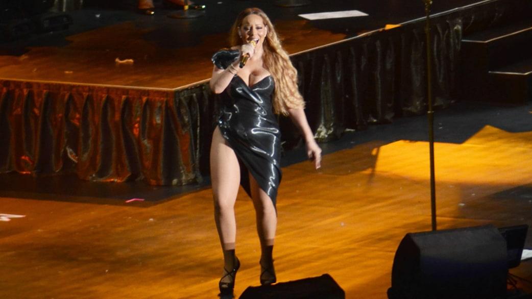 Mariah Carey performs wearing very high-cut dress - TODAY.com