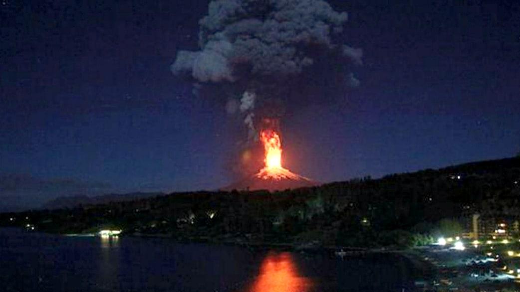 Watch Chile Volcano Eruption Lights Up Sky Today Com