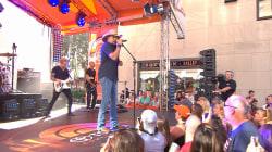 Jason Aldean performs 'Tonight Looks Good on You'