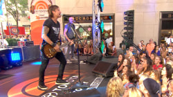Keith Urban performs 'Somewhere in My Car'