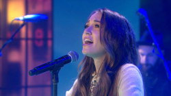Lauren Daigle performs uplifting song 'How Can It Be'