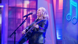 Melissa Etheridge performs 'Hold On, I'm Coming' on TODAY