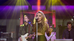 Sabrina Carpenter sings 'Thumbs' live on TODAY